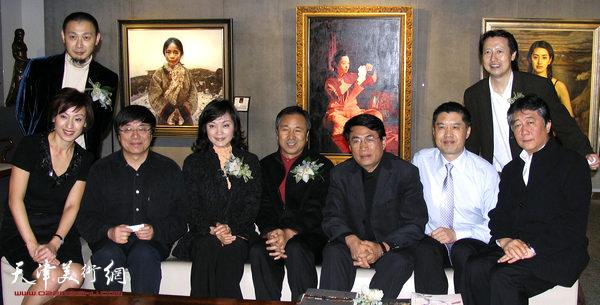 2006年,程亚杰与写实派画家艾轩、杨飞云、王沂东等在香港瀚海拍卖预展会上。
