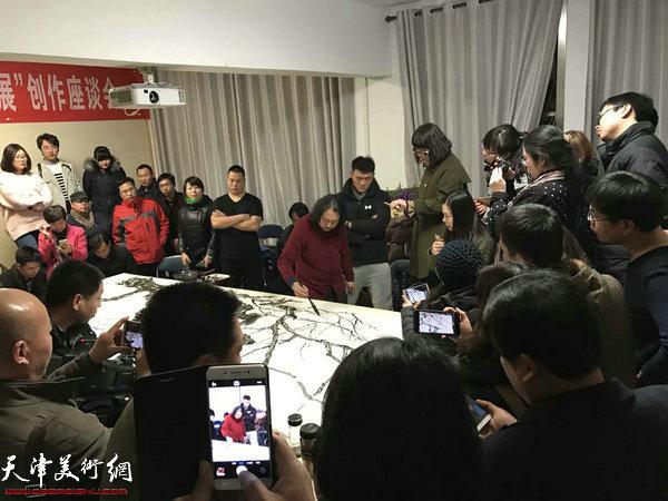 贾广健现场为学生们演示中国画创作。