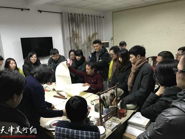 """第三届""""庭前春早-贾广健师生中国画作品展""""现场。"""