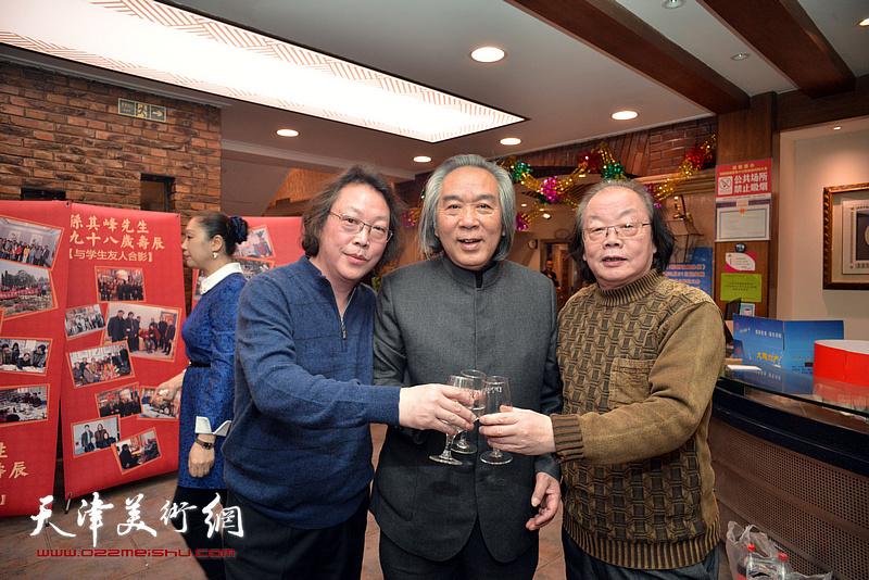 """霍春阳与""""津门二董""""董振涛、董振智在庆寿聚会现场。"""
