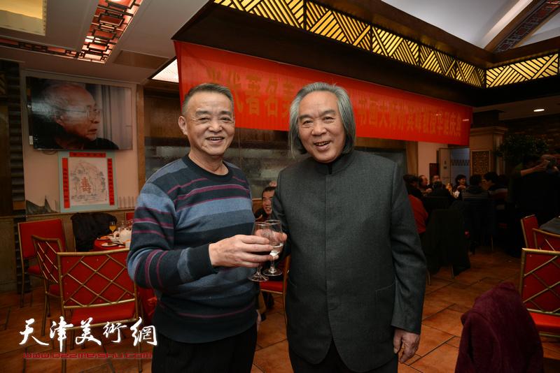 霍春阳与马明在庆寿聚会现场。