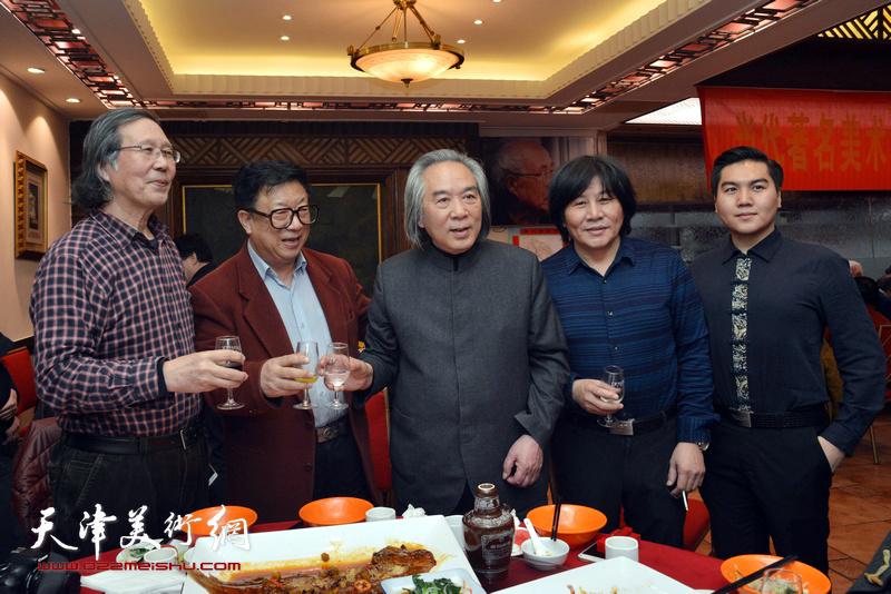 霍春阳、高学年、张恩祥、周月庆、高嵩在庆寿聚会现场。