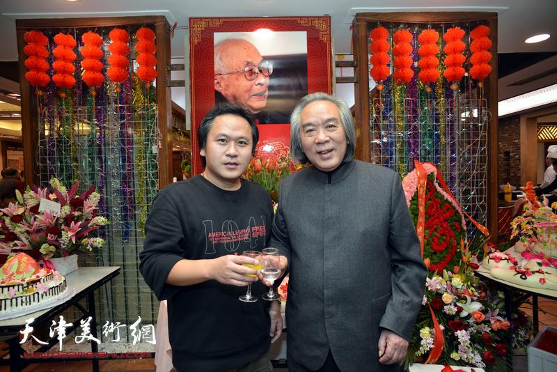 霍春阳、霍岩在庆寿聚会现场。