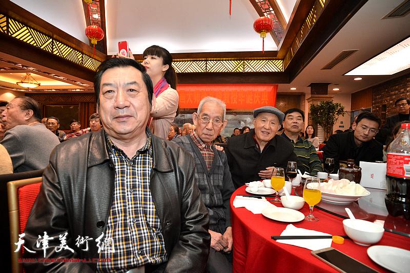 孙贵璞、孙芳、孙玉河在庆寿宴上。