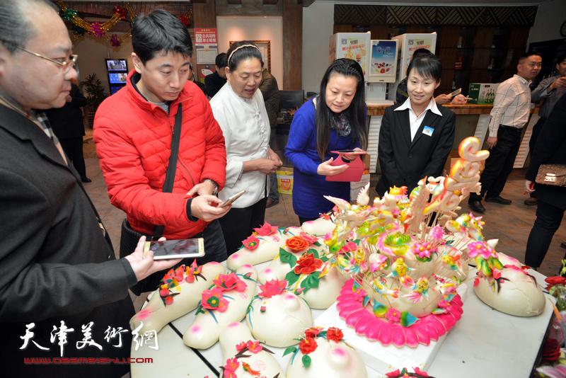 山东老家的亲人们带来了家乡的面食寿桃、喜饼。