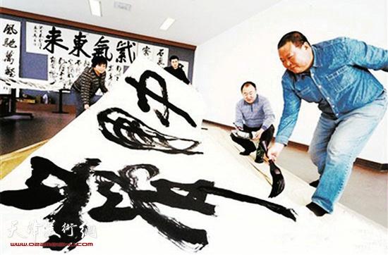 马孟杰在创作《中国梦》书法作品