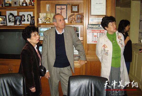 意大利罗马服装协会主席邀请华梅教授讲课后向华梅教授介绍作品。