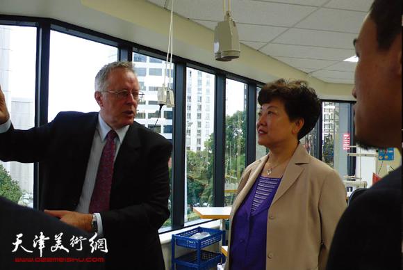 新西兰服装协会主席向华梅教授介绍师生作品。
