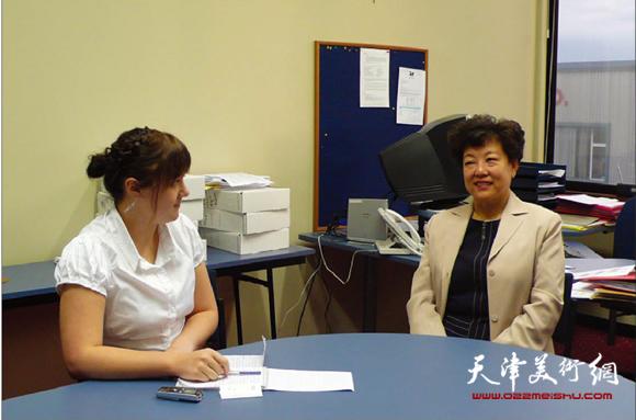 华梅教授接受新西兰记者的采访。