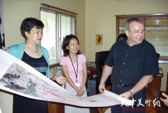 华梅教授在拉萨尔-新航艺术学院与喜爱中国画的院长兼董事长探讨画理。