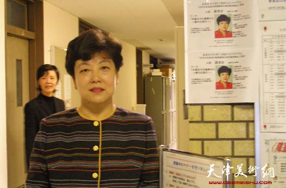 华梅教授在奈良国立女子大学教学楼的讲座海报前留影