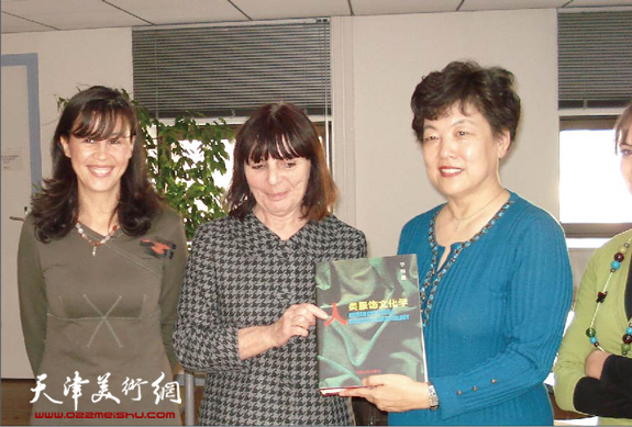 华梅教授与法国里昂国立时装设计大学校长赠书合影。