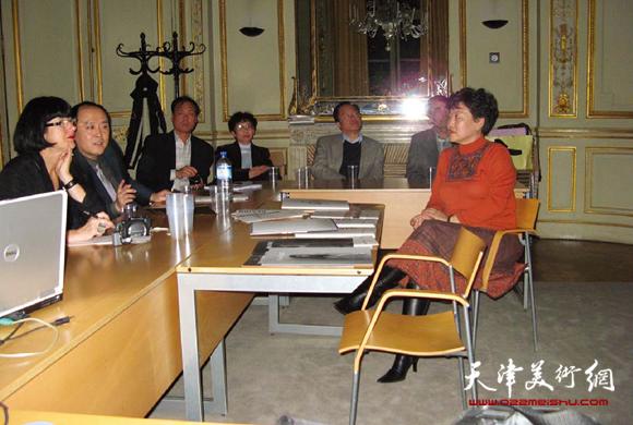 华梅教授与法兰西时装学院教师座谈并演讲。