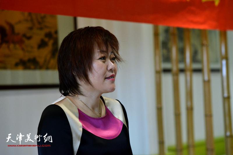 天津湖社畫會秘書長李瀾女士主持大會。