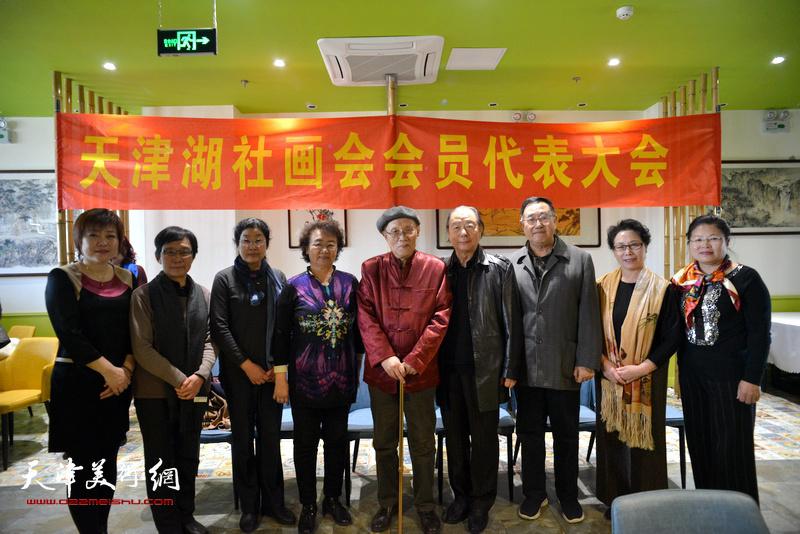 左起:李瀾、肖慧珠、張永敬、馬文琴、孫長康、胡嘉良、關尚卿、崔燕萍、張芝琴在天津湖社畫會首屆會員代表大會上。
