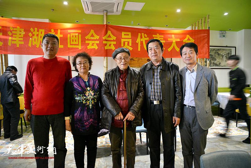 左起:孫學武、馬文琴、孫長康、孫玉河、李響在天津湖社畫會首屆會員代表大會上。