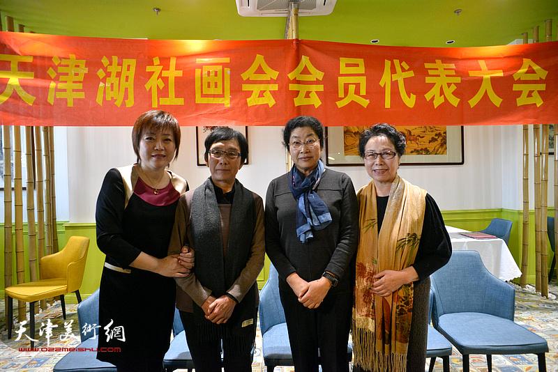 蕭惠珠、崔燕萍、張永敬、李瀾在天津湖社畫會首屆會員代表大會上。