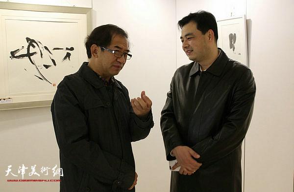 潘红岩、顿子斌在书法展现场交流。