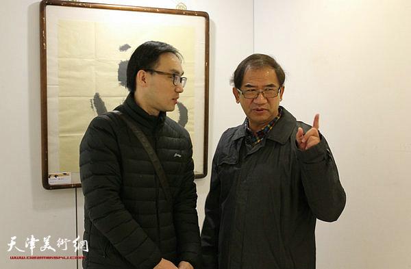 高家明、顿子斌在书法展现场。