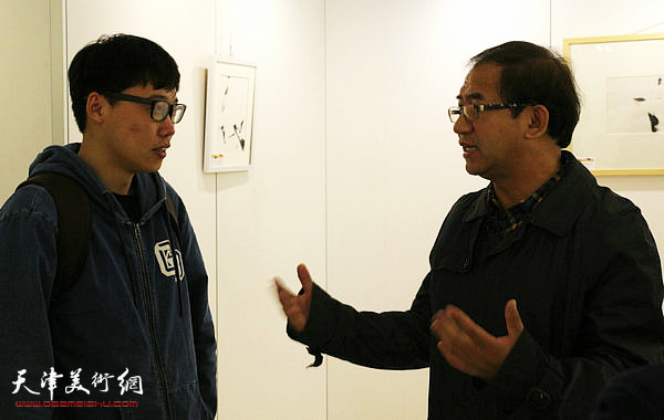 顿子斌与研究生谈创作体会。
