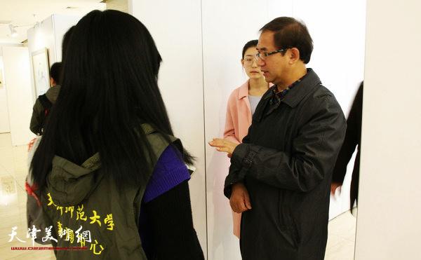 顿子斌接受校新闻中心采访。