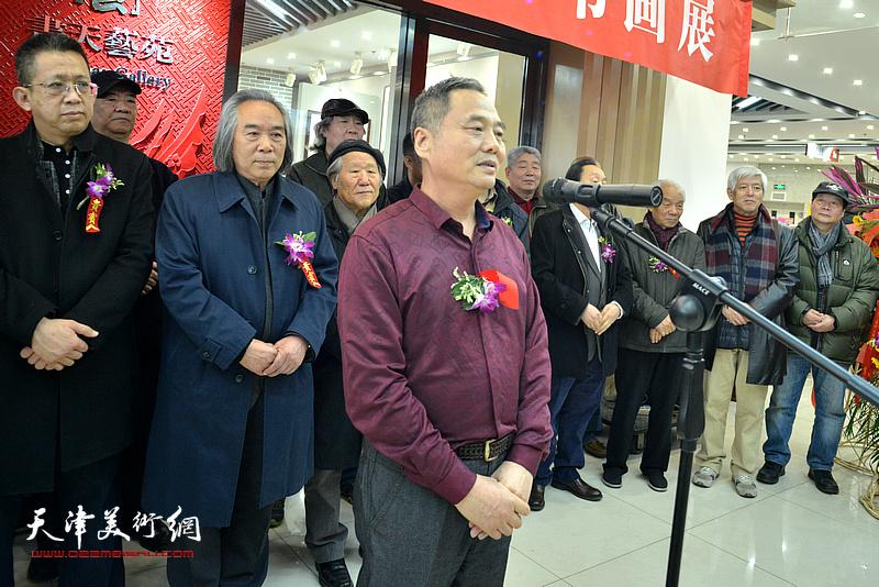 邢立宏代表六位参展画家致辞。