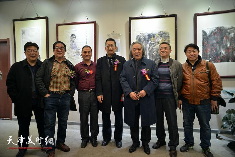 霍春阳、李毅峰、邢立宏、马明、卢贵友、主云龙、李庆林在六人展现场。
