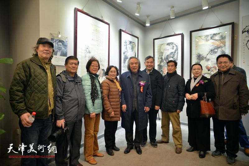 霍春阳、张亚光与嘉宾在六人展现场。