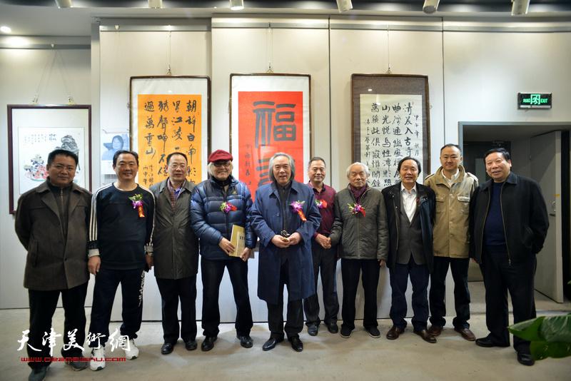 霍春阳、纪振民、向中林、李庆增、邢立宏、刘志君、柴博森、杨利民、卞昭宏、王建礼在六人展现场。