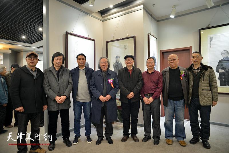 霍春阳、马寒松、史振岭、马俊卿、邢立宏、张佩刚、高博、梁学忠在六人展现场。