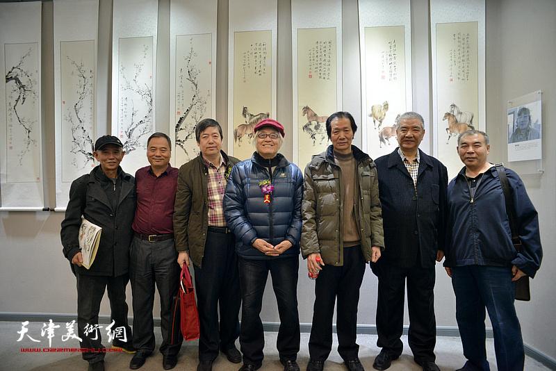 戴世隆、邢立宏、陈元龙、王维卿、赵奎生、王少玉在六人展现场。