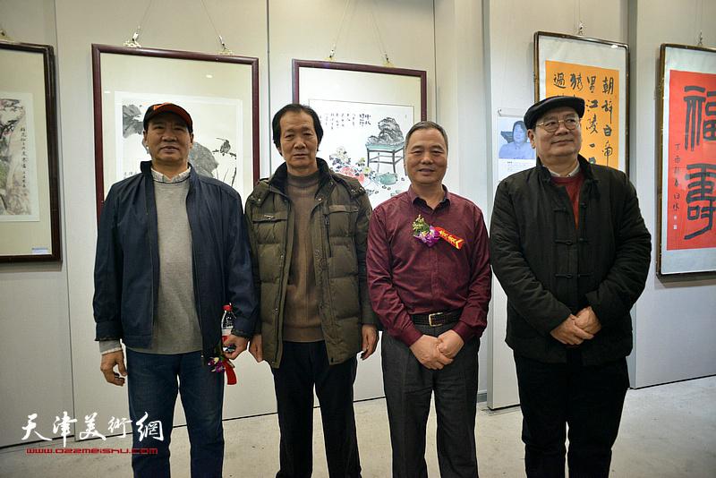 马寒松、邢立宏、张佩刚、王维卿在六人展现场。