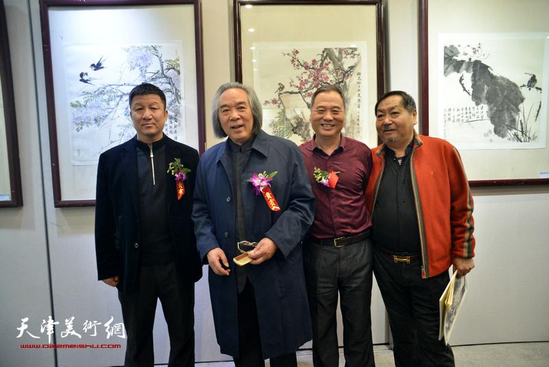 霍春阳、邢立宏、王秀琪在六人展现场。