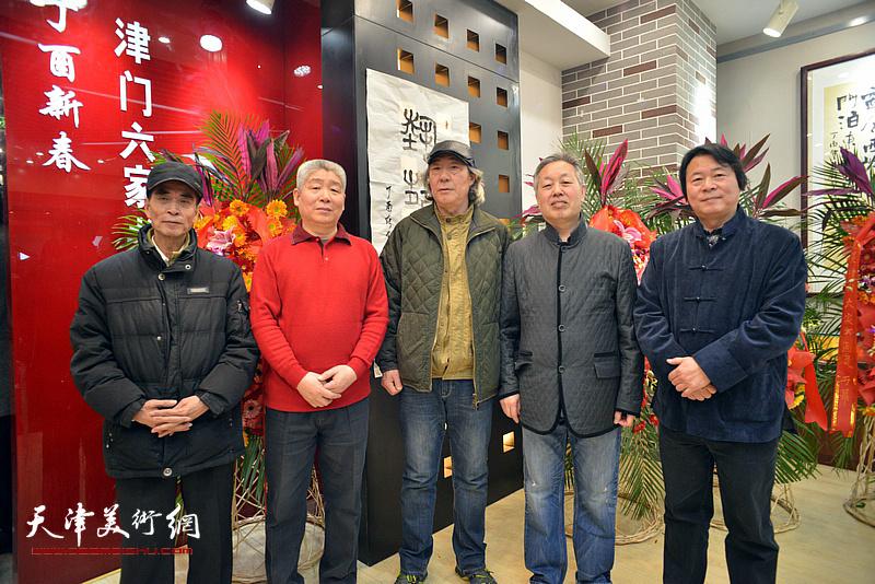 张亚光、高杰、杨跃泉与施振广、张耀在六人展现场。
