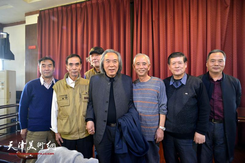 霍春阳、张亚光、邢立宏、施振广、赵奎生、王宝贵、赵润平在六人展现场。