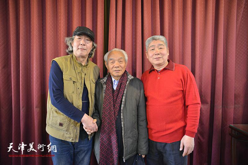 张亚光、高杰与纪振民在六人展现场。