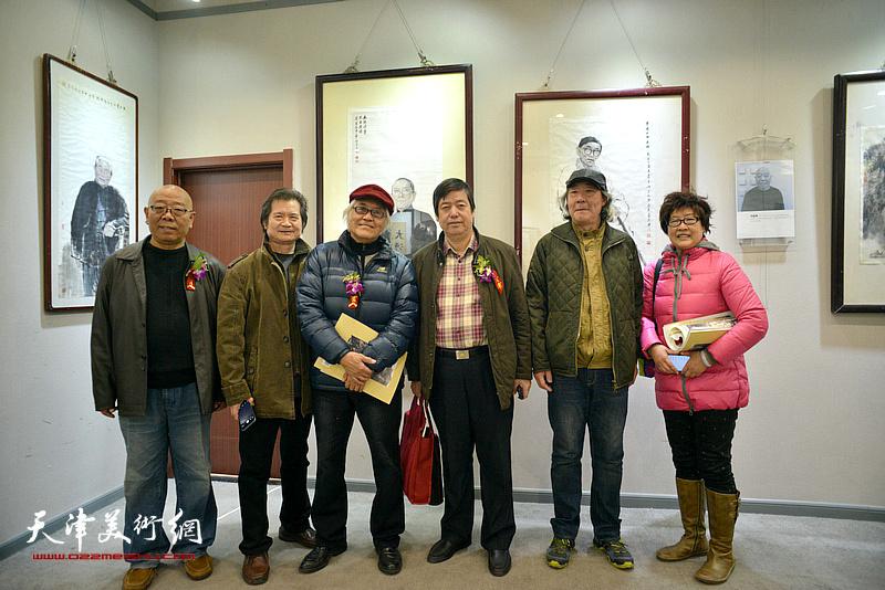 张亚光、马俊卿与陈元龙、李庆增、张向玉、伊汉铭在六人展现场。