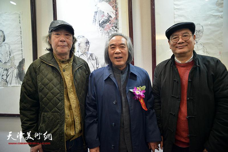霍春阳、张亚光、张佩刚在六人展现场。