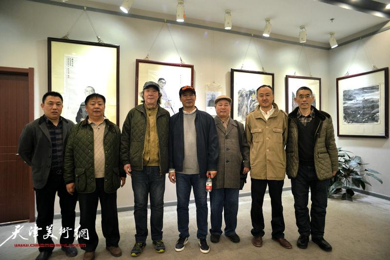 马寒松、张亚光、李春来、柴博森、梁学忠与嘉宾在六人展现场。