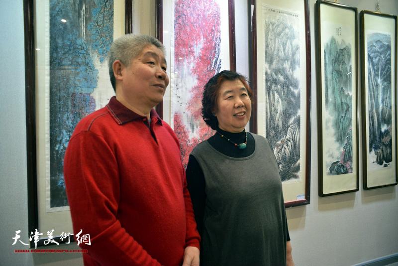 高杰与夫人李淑珍在六人展现场。