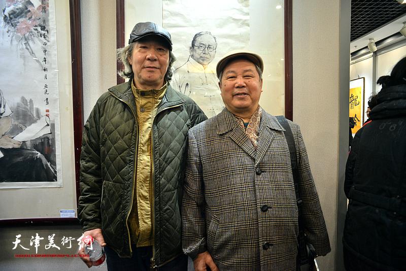 张亚光、李春来在六人展现场。