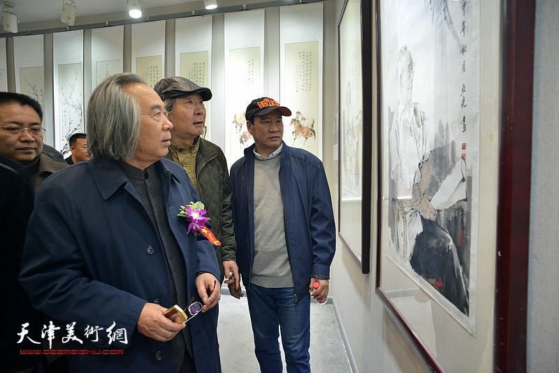 霍春阳、马寒松、张亚光在观赏展出的作品。