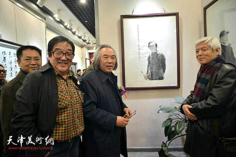 霍春阳、陆福林、卢贵友在观赏展出的作品。