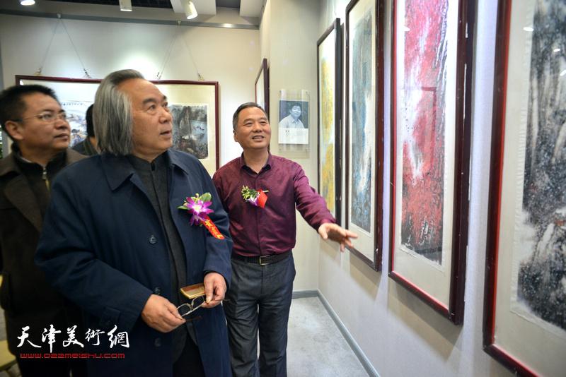 霍春阳、邢立宏在观赏展出的作品。