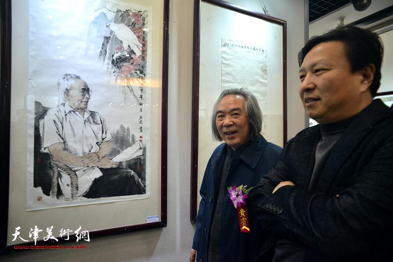 霍春阳、王连宏在观赏展出的作品。