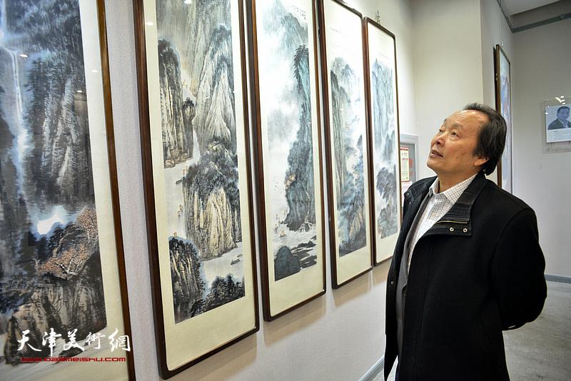 向中林在观赏展出的作品。