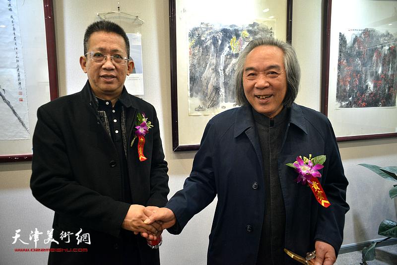 霍春阳、李毅峰在六人展现场。