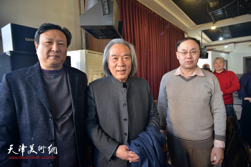 霍春阳、李新禹、王连宏在六人展现场。
