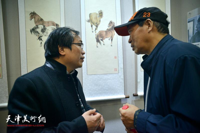 马寒松、杨惠东在六人展现场。