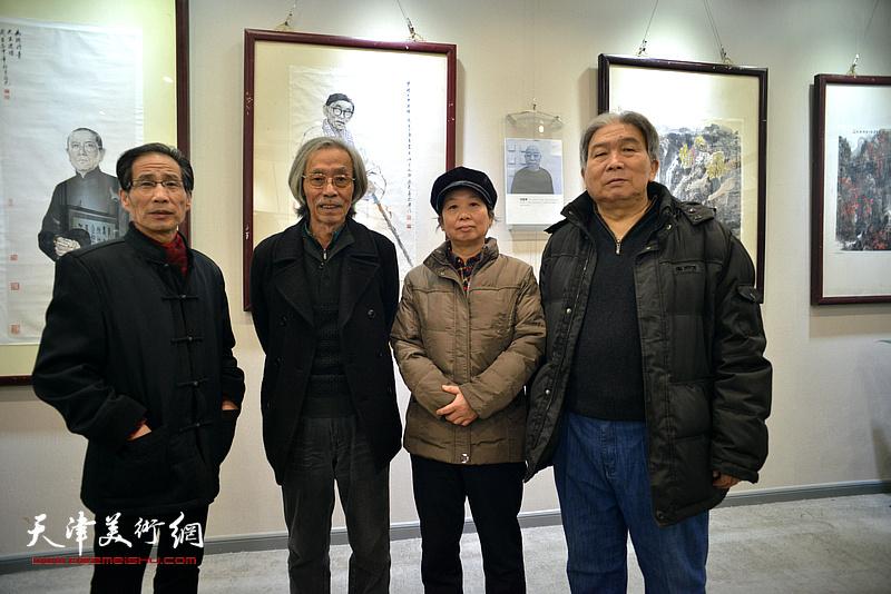 姚景卿、卢炳剑、许鸿茹、韩三群在六人展现场。